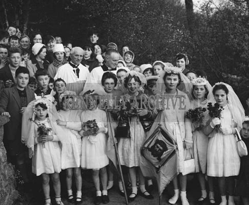 7th May 1964; Annual Procession To Tobar Floinn, Kilflynn. Following a benediction in St Mary's Church, a large congregation marched to the shrine reciting the Rosary and singing hymns.